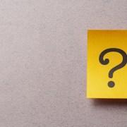 un post it con un punto interrogativo per chiarire i dubbi legali in materia di lavoro agile